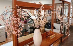 新しい生活を桜のオブジェと共に